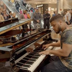 Amazing street pianist stuns passersby in shopping centre (YouTube)